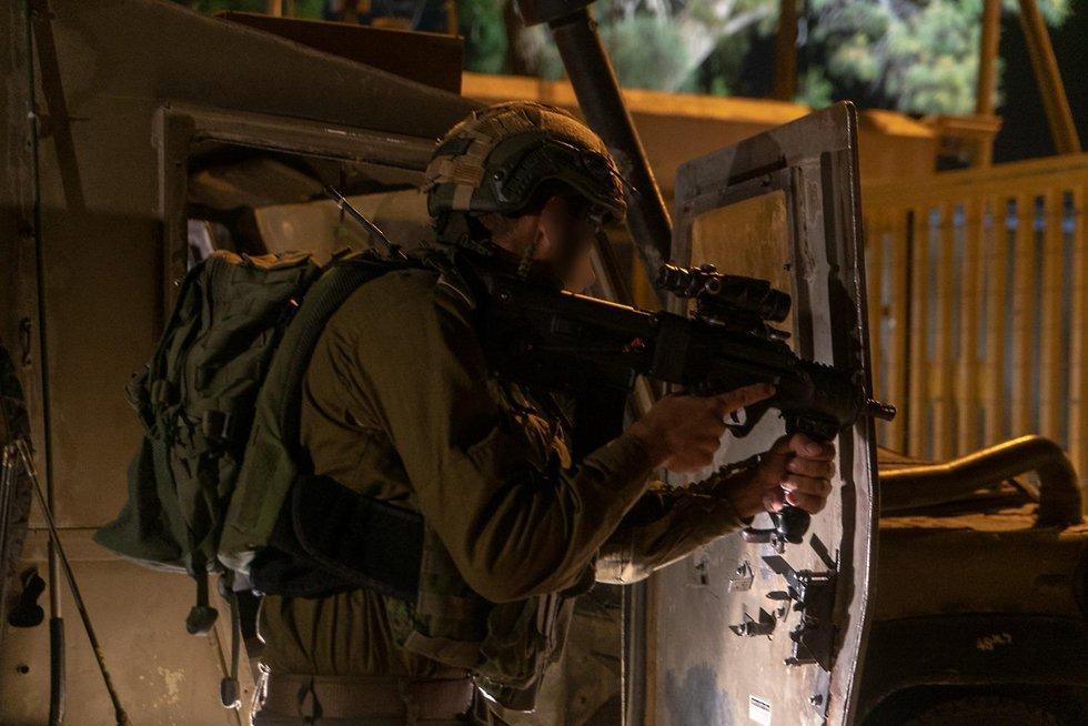 Isaelischer Soldat sichert Ort