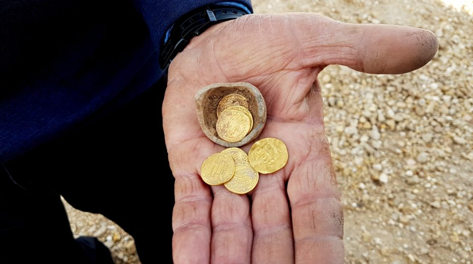 Hoard of gold coins found by Israeli archaeologists in Yavneh