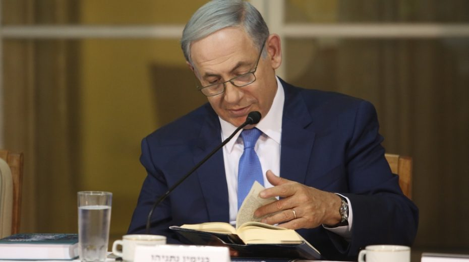 Netanyahu reads the Bible with other Israeli leaders.