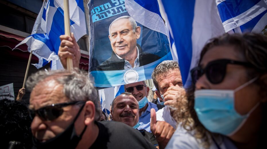 Netanyahu supporters turned out en masse to support him at court.
