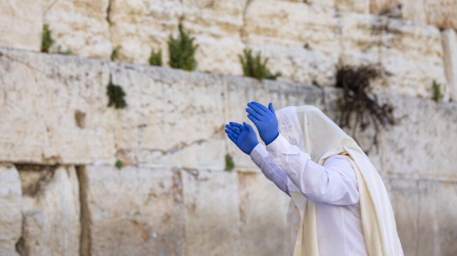 Why did King Josiah choose the prophetess Huldah?