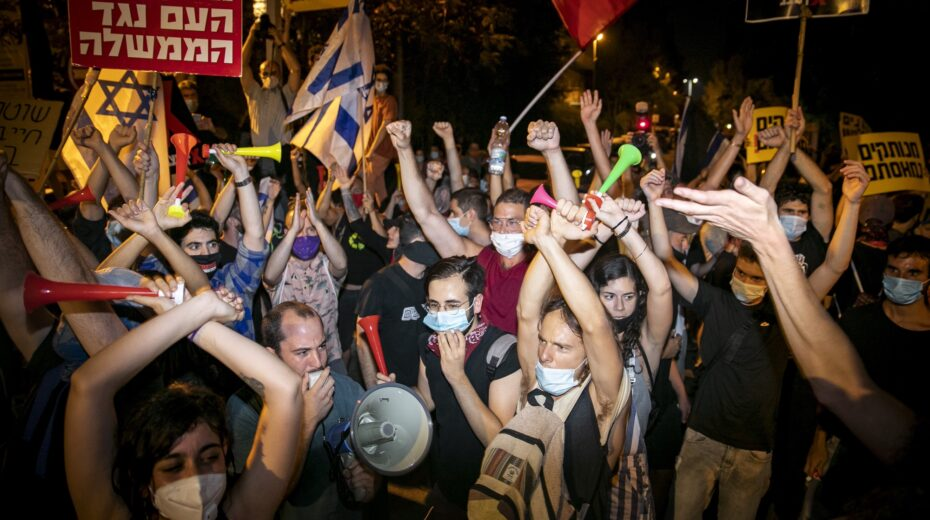 Left-wing Israelis protest outside Netanyahu's residence in Jerusalem.