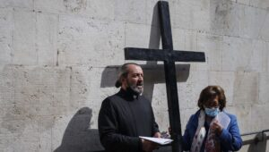 Christians of Jerusalem celebrate Easter openly thanks to COVID vaccine