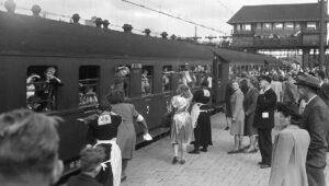 Children boarding the Kindertransport