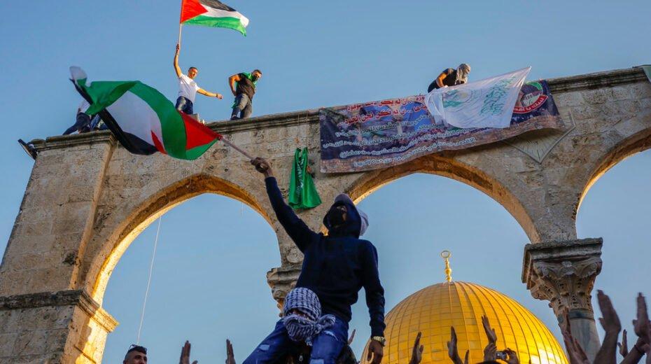 Muslims wave Hamas flags over Jerusalem