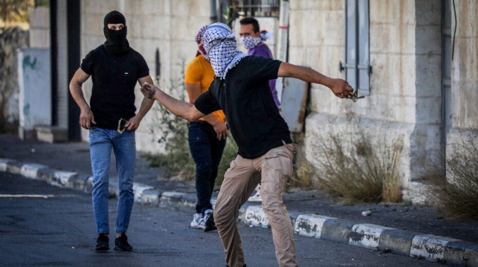 Arabs hurls stones at Jews