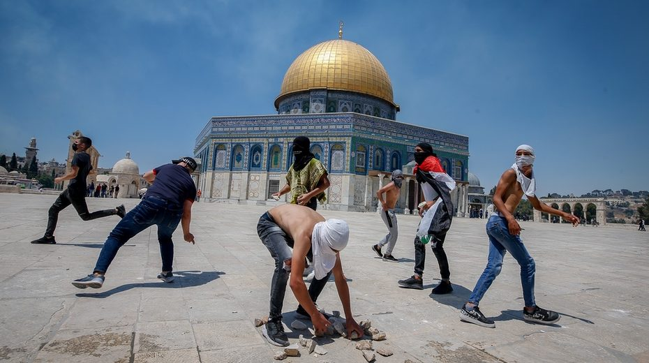 Arab Muslim youth attack Jews from atop the Temple Mount
